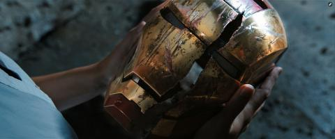 Wallpaper Casque Iron Man 3  tenu par Pepper Potts Iron Man