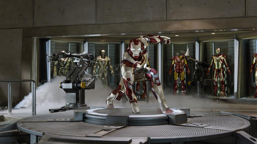 Wallpaper Iron Man 3 posant en armure Iron Man