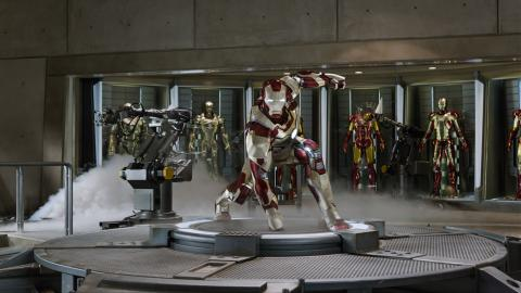 Wallpaper Iron Man 3 posant en armure Iron Man