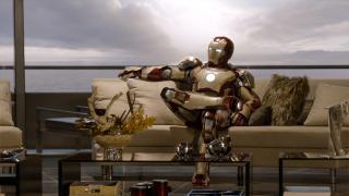 Wallpaper Iron Man 3 posant en armure sur divan Iron Man