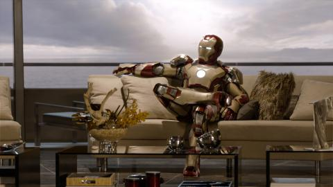 Wallpaper Iron Man 3 posant en armure sur divan Iron Man
