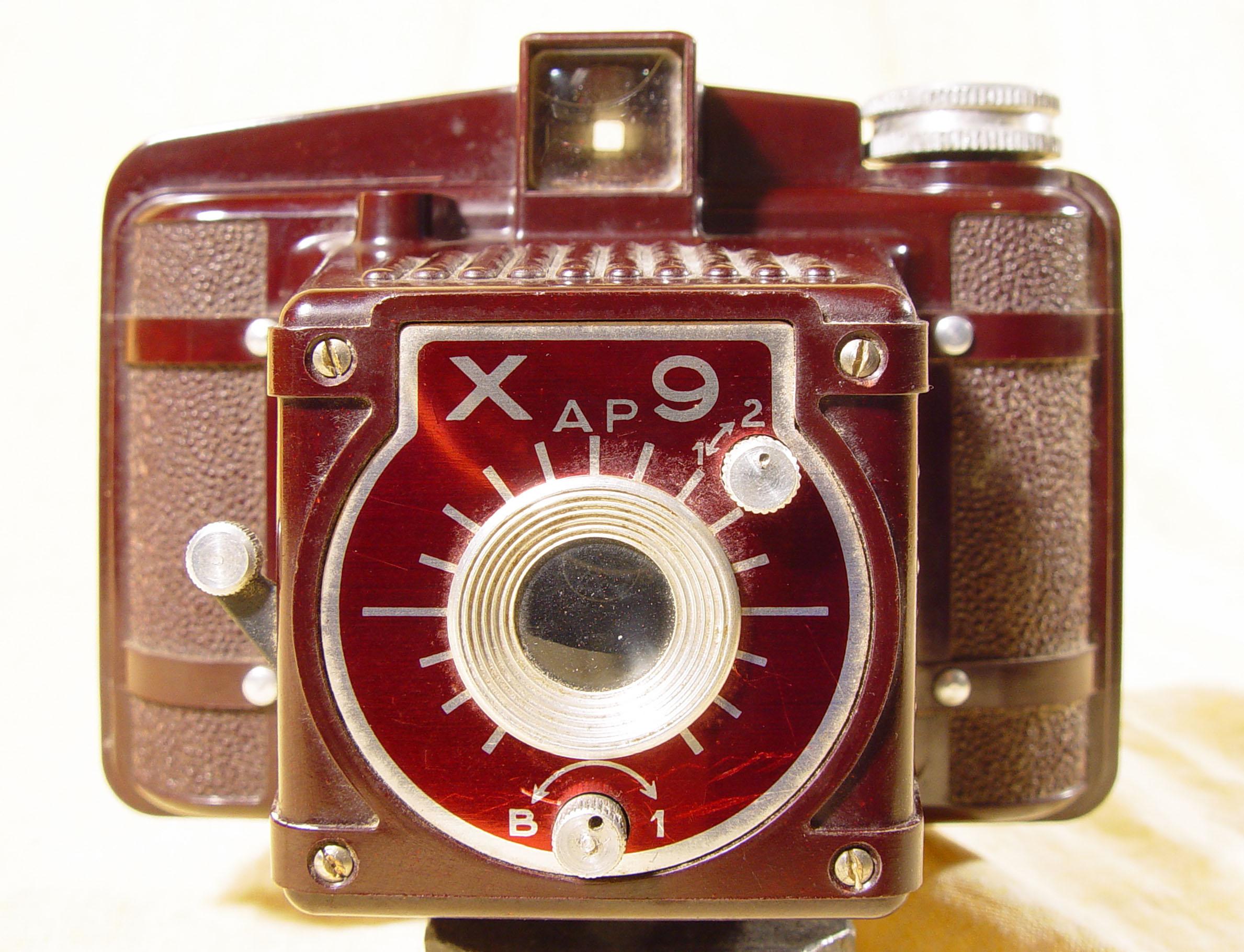 Wallpaper 1011-2 OLBIA XAP9 bakelite rouge, collection AMI Appareils photos