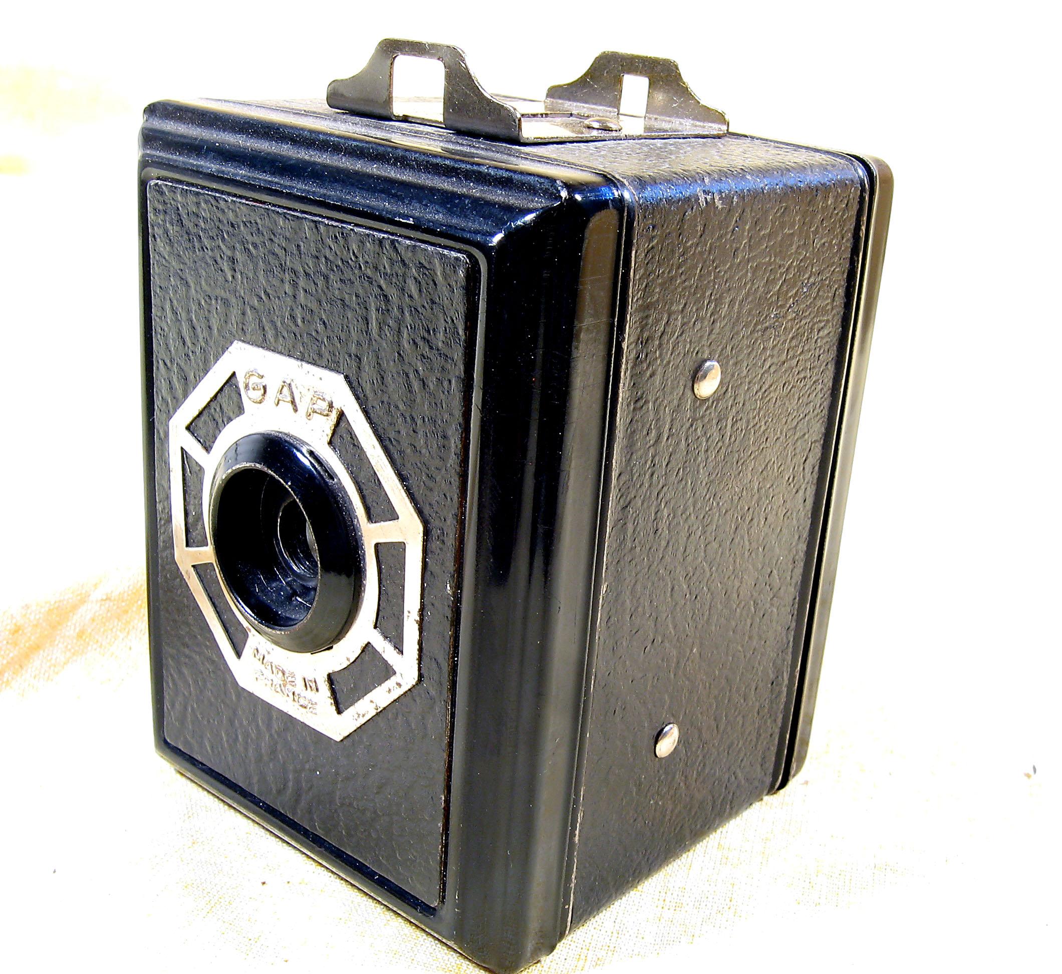 Wallpaper 2465-2  GAP  box  3X4 enjoliveur polygonal sur fond noir, collection AMI Appareils photos