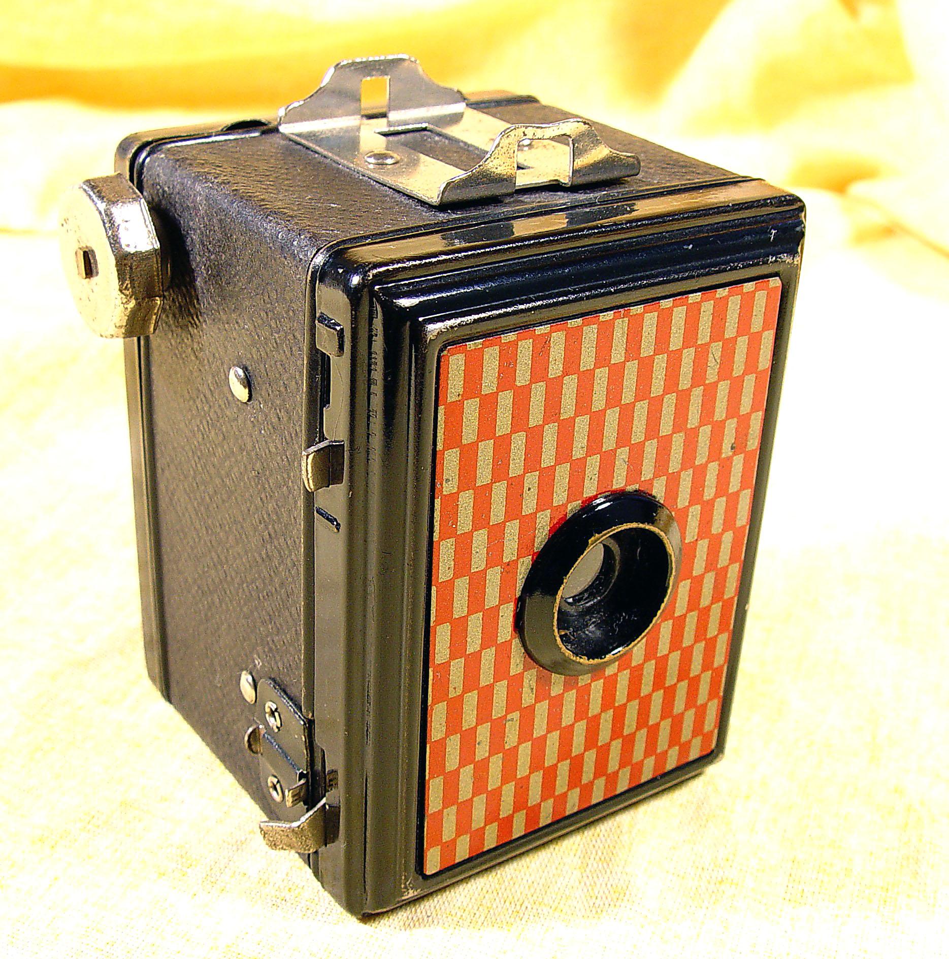 Wallpaper 3028-2  GAP  box 3X4 facade a damier rouge et or, collection AMI Appareils photos