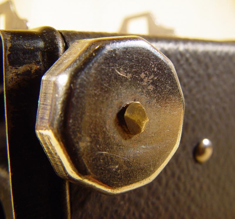 Wallpaper 2465-14  GAP  box 3X4 enjoliveur polygonal sur fond noir, collection AMI Appareils photos