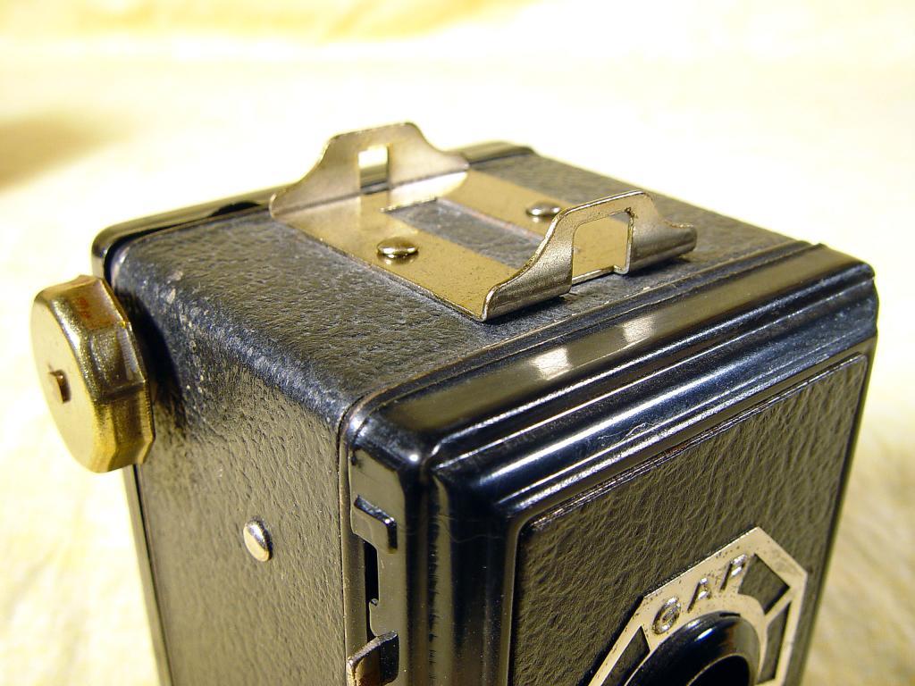Wallpaper 2465-8  GAP  box  3X4 enjoliveur polygonal sur fond noir, collection AMI Appareils photos