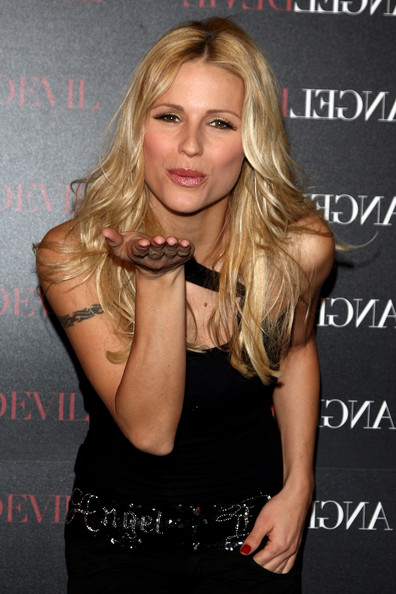 Wallpaper iPhone Michelle Hunziker bisou