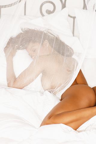 Wallpaper iPhone Stacey Dash nue au lit