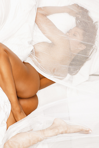Wallpaper iPhone Stacey Dash nue au lit