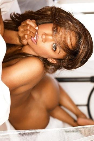 Wallpaper iPhone Stacey Dash nue au lit portrait