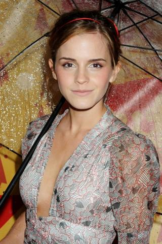 Wallpaper Emma Watson tenue de soiree et parapluie iPhone