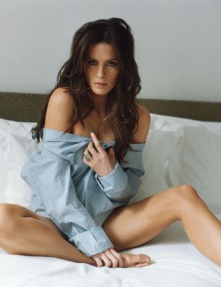 Wallpaper Kate Beckinsale au lit iPhone