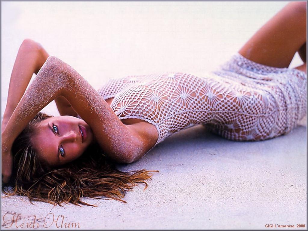 Wallpaper Heidi Klum sur le sable chaud