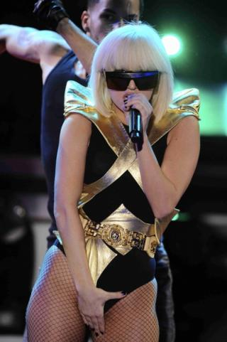 Wallpaper chante main entre les jambes Lady Gaga