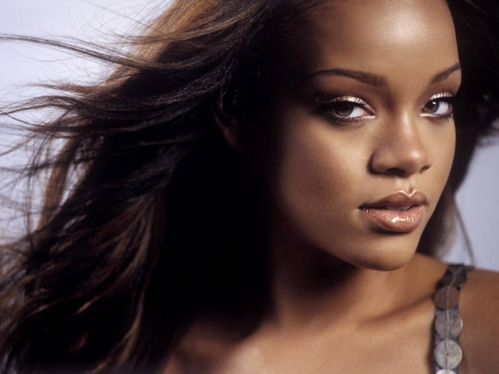 Wallpaper Rihanna portrait cheveux au vent