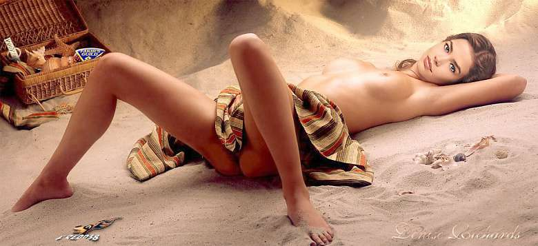 Wallpaper Denise Richards nue allongee sur le sable