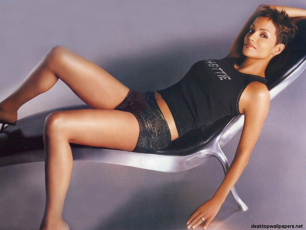 Wallpaper Halle Berry chaise longue