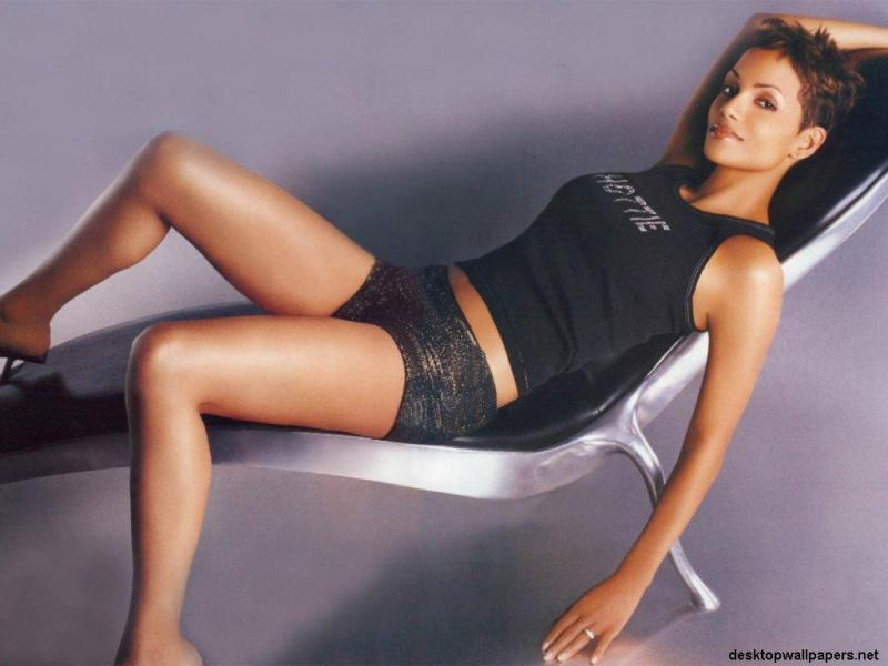 Wallpaper chaise longue Halle Berry