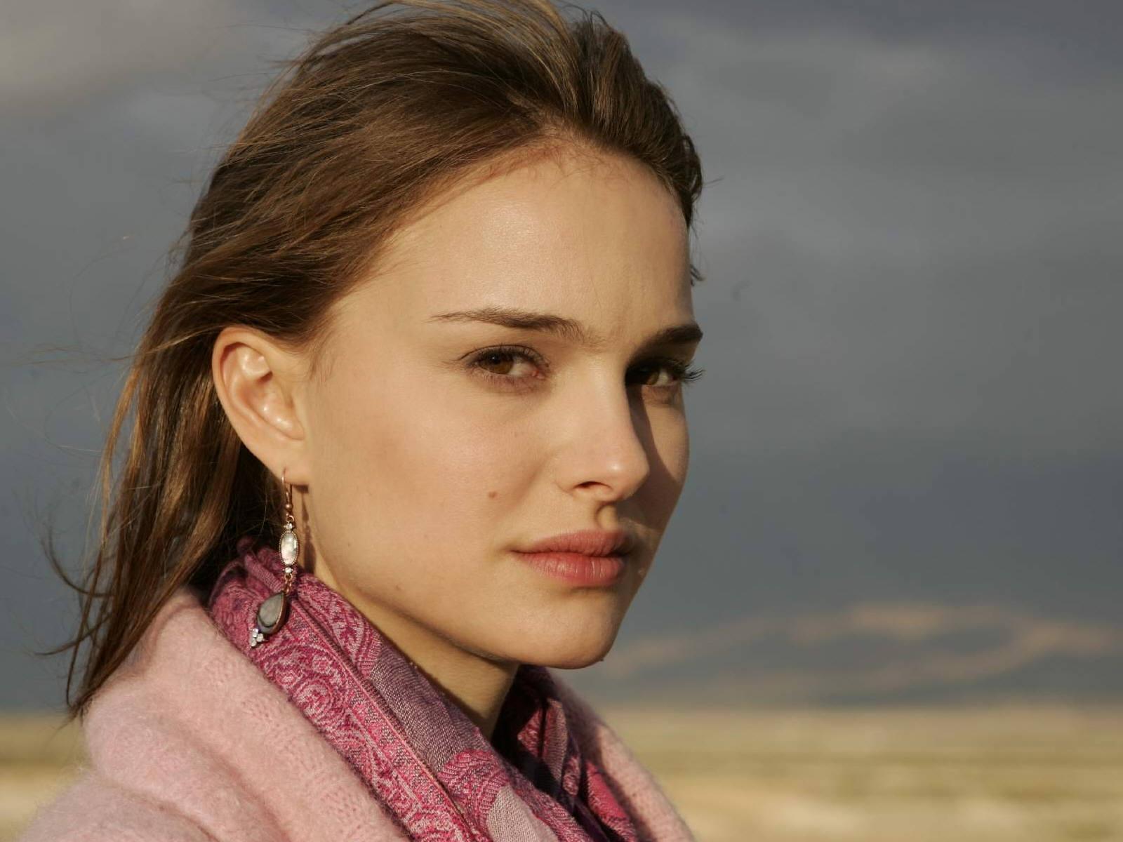 Wallpaper portait cheuveux au vent Natalie Portman