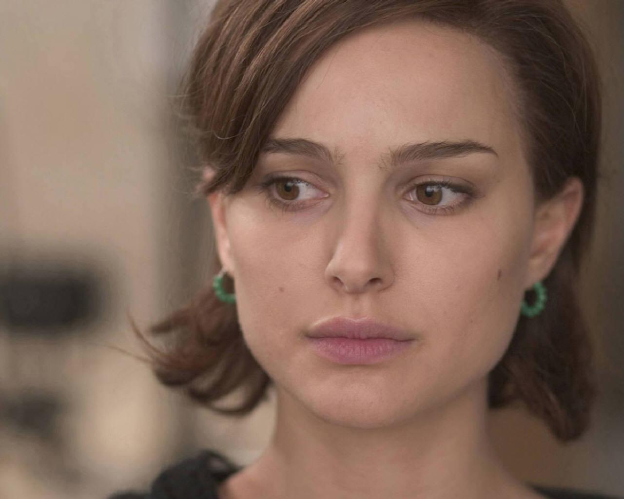 Wallpaper Natalie Portman portrait boucles d oreille vertes