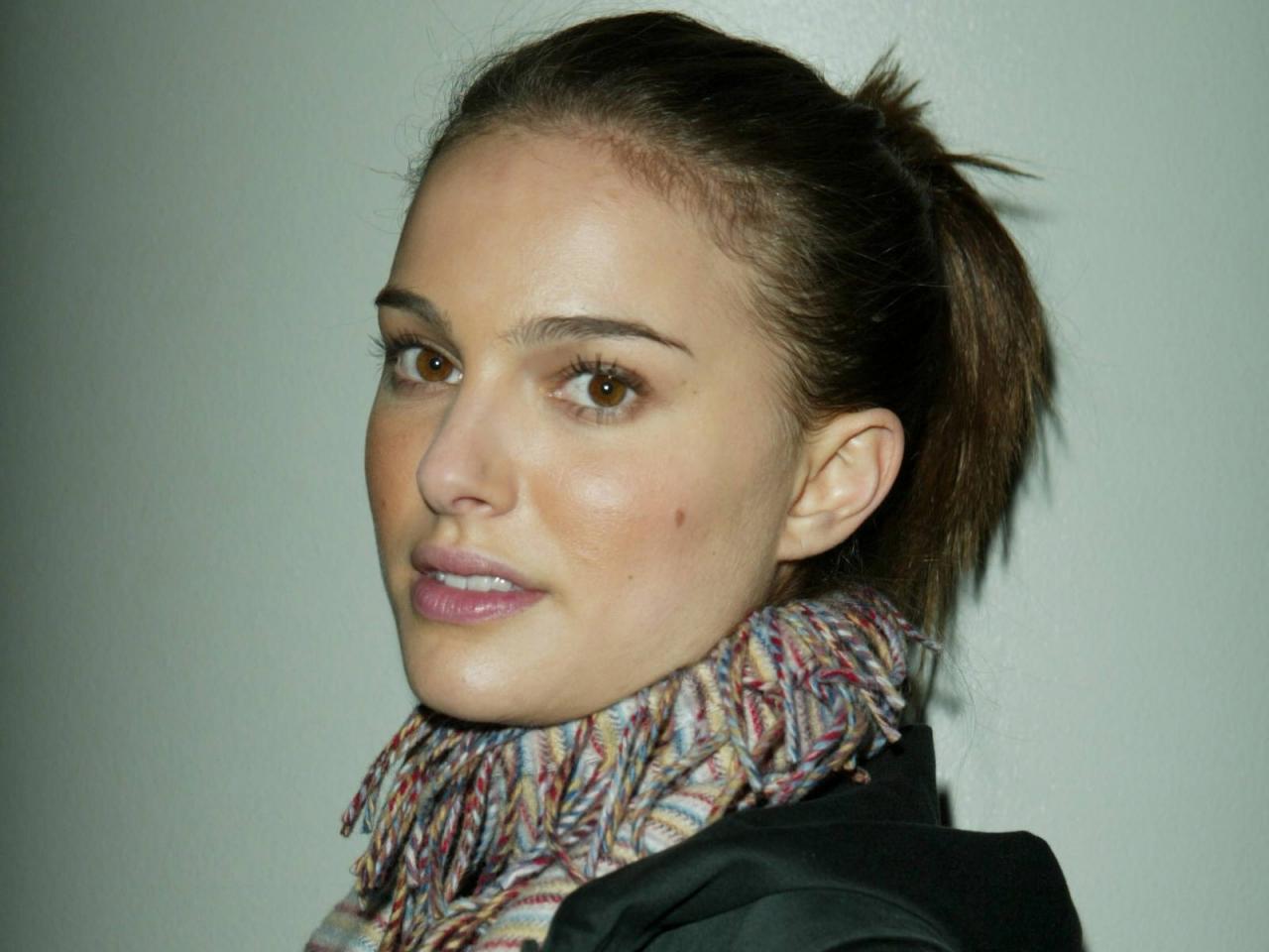 Wallpaper Natalie Portman portrait  foulard et chignon